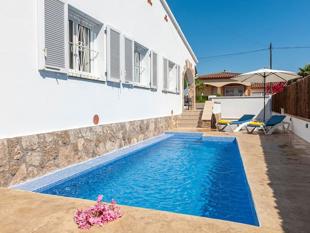 House with private pool close to the main beach
