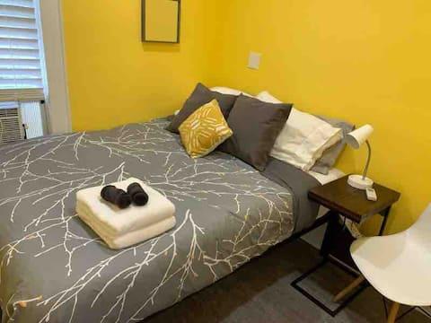 The Tiny Private Yellow Room - NE Minneapolis