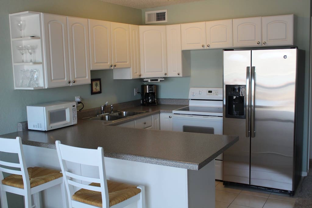 A nice full clean and updated kitchen, including a through the door water and ice dispenser.