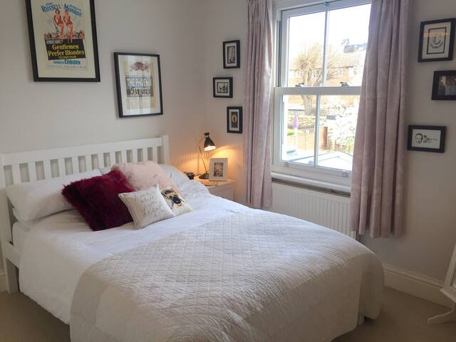 Beautiful Double Room in Lovely River Road - Surbiton - Huis