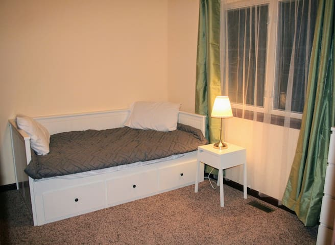 Bedroom 3 with Queen sized daybed
