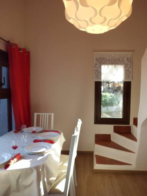Essraum mit Stufenaufgang zum Schlafzimmer