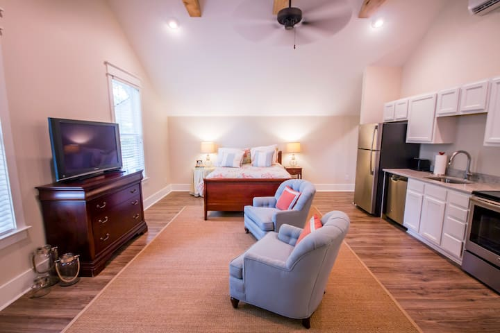 Studio Apartment in Charleston's Plantation Dist.