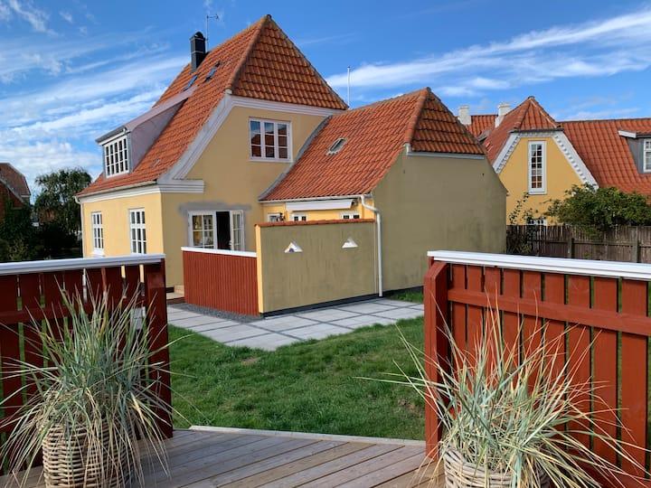 Nyistandsat sommerhus i hjertet af Skagen