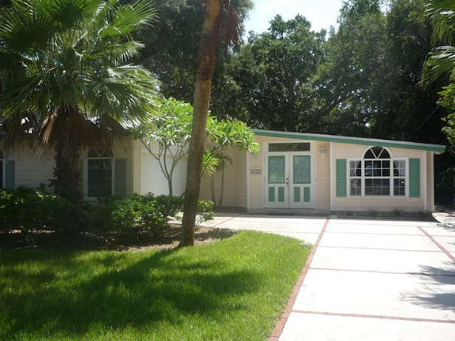 Clean Cozy Pretty Beach Cottage Houses for Rent in Vero Beach
