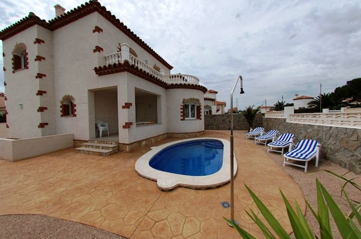 Large 4 bedrooms villa with pool - Mont-roig del Camp - House