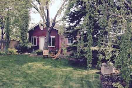 Private Garden Suite for Two - Calgary - Mökki