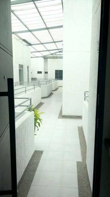 Vista desde la puerta principal hacia los ascensores.