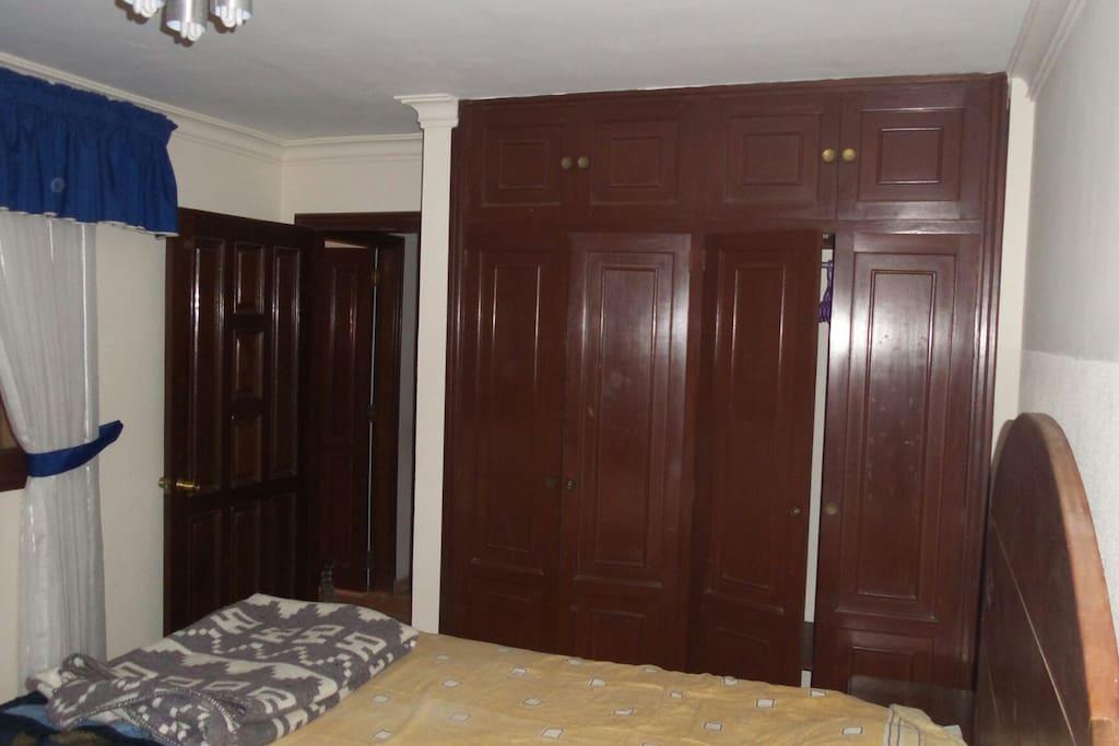 cuarto con cama de dos plazas