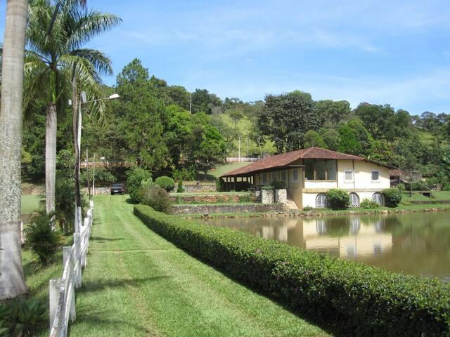 Charmosa e relaxante casa de campo