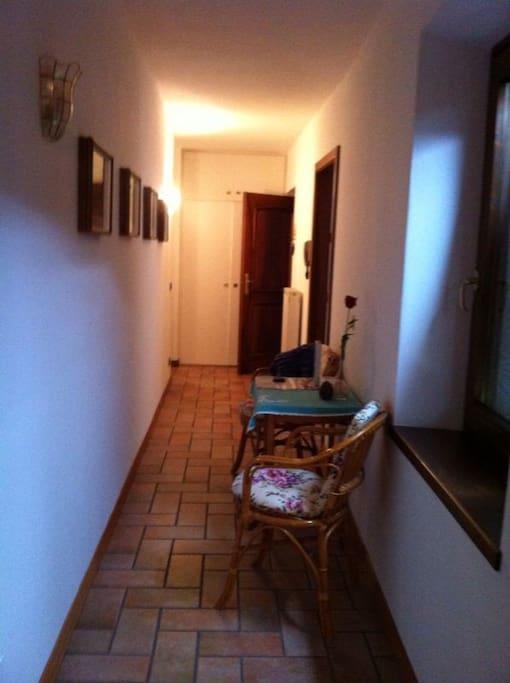 Corridoio che collega stanze e cucina al soggiorno