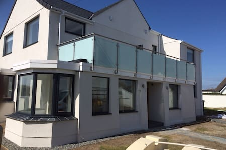 5 BED HOUSE WITH DIRECT SEA VIEWS - Rhosneigr - Hus