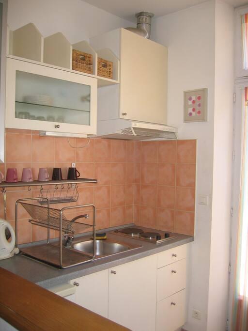 cuisine aménagée micro-ondes, réfrigérateur, congélateur, lave lingue