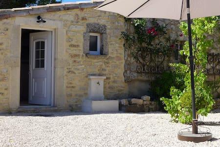 Gîte  en Immersion dans les lavandes ,Piscine - Clansayes - Apartment-Hotel