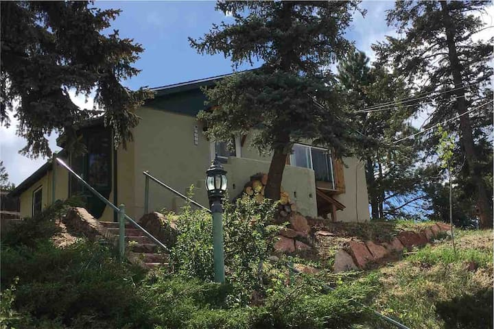Cozy Mtn Cottage - Minutes from Pikes Peak Hwy