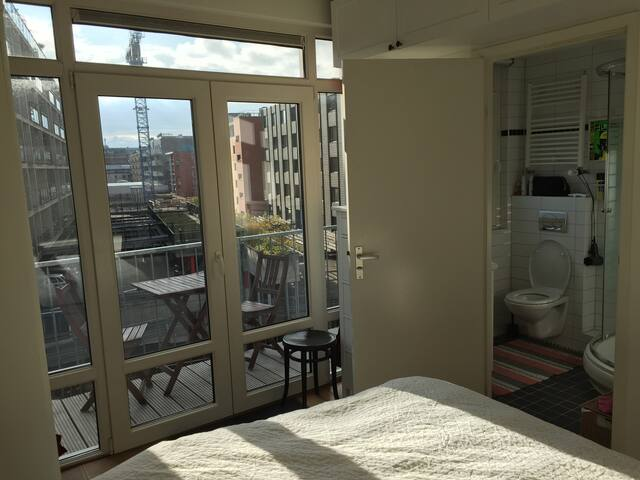 bedroom-bathroom-balcony