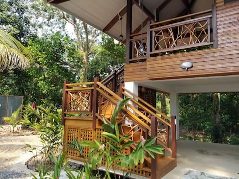 Тропический домик у воды