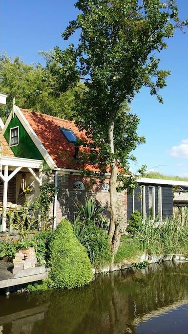 Het buitenhuis maakt deel uit van dit karakteristieke dijkhuis, aan het IJsselmeer.