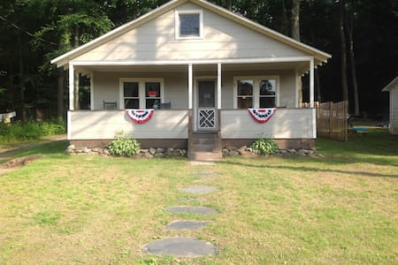 Lake community cottage - Ashland