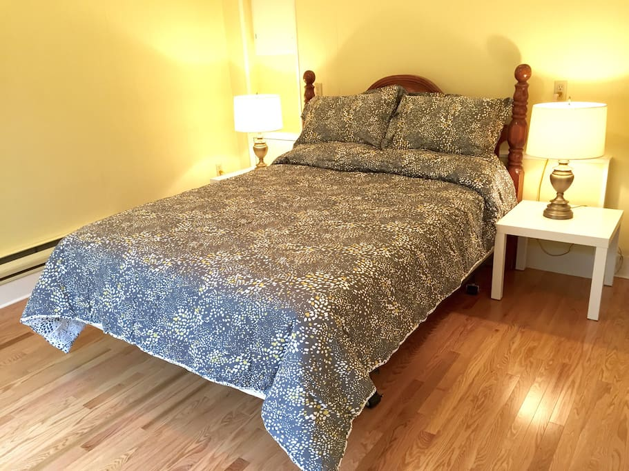 Queen bed in Master bedroom. Hardwood floors recently installed. Duvet and high quality 1000 thread count cotton linens.