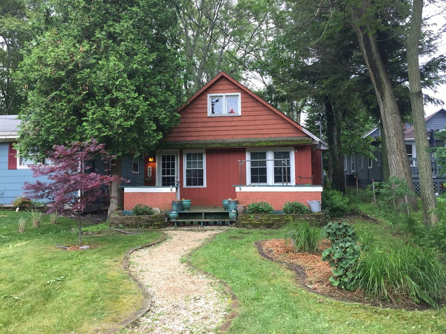 Cozy vintage cottage near the lake houses for rent in for Cottage builders in michigan