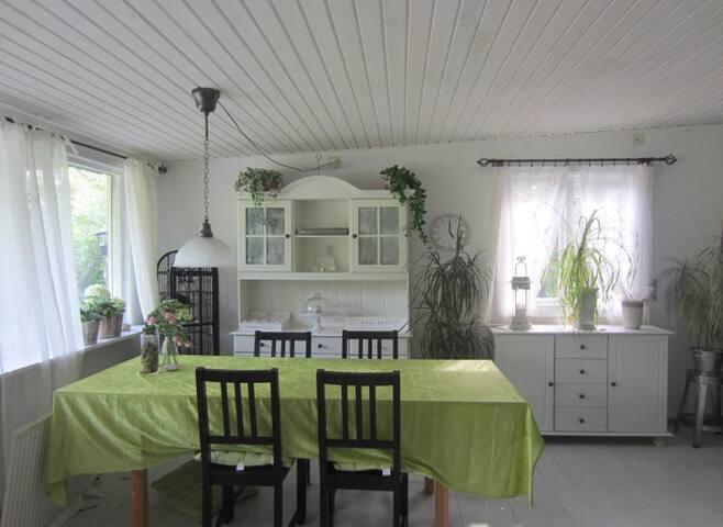 Piano finns också i köket för den musiksugna.
