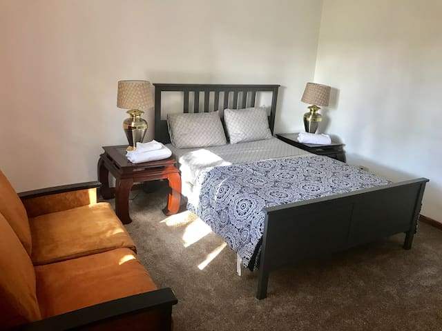 DOWNTOWN LOCATION, 2 SUNNY BEDROOMS & FREE PARKING