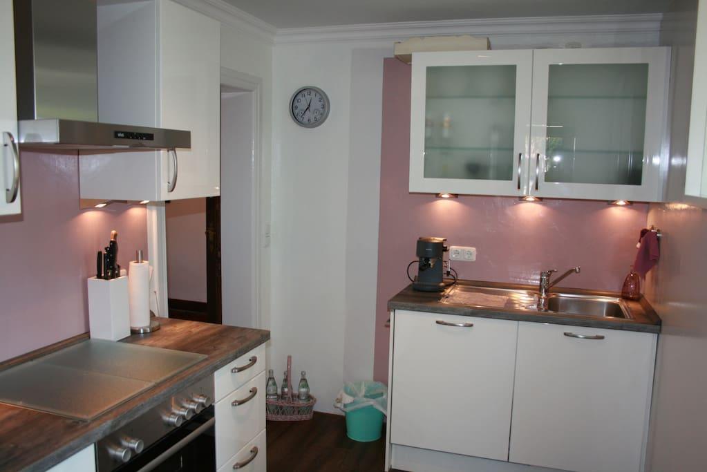 Küche mit eingeschalteter Beleuchtung