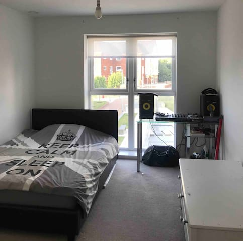 Private bedroom close by town centre and trains.