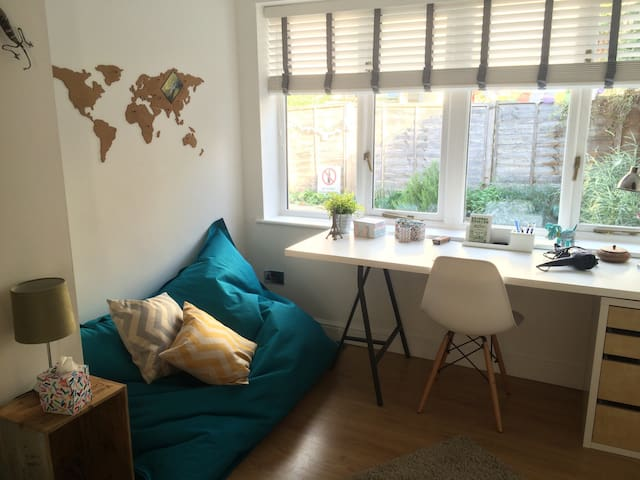 Double room in cosy coach house - Bristol