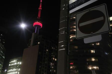 Traveler's stop in heart of Toronto - Toronto