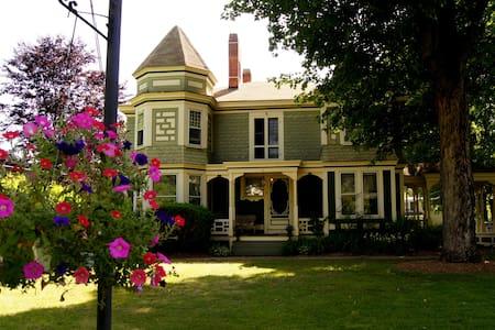 Laid Back Victorian Charm - Belchertown - Casa