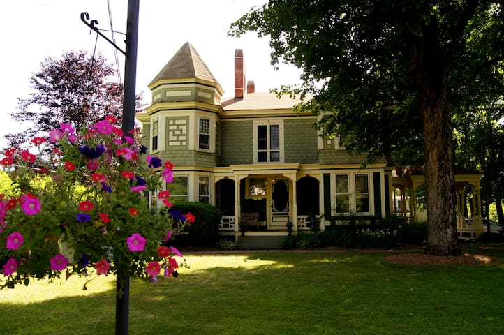 Seasonal Laid Back Victorian - Belchertown - Casa