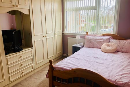 Double room with TV in lovely Bramhall home