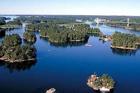 Thousand Islands Bed & Breakfast 'Bulloch House' - Bed & Breakfast