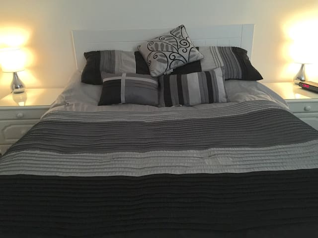 King size bed/room in family home - New Haw - House