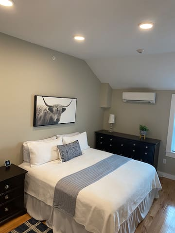 Master bedroom with king bed with the option of 2 Twinxl if prefered