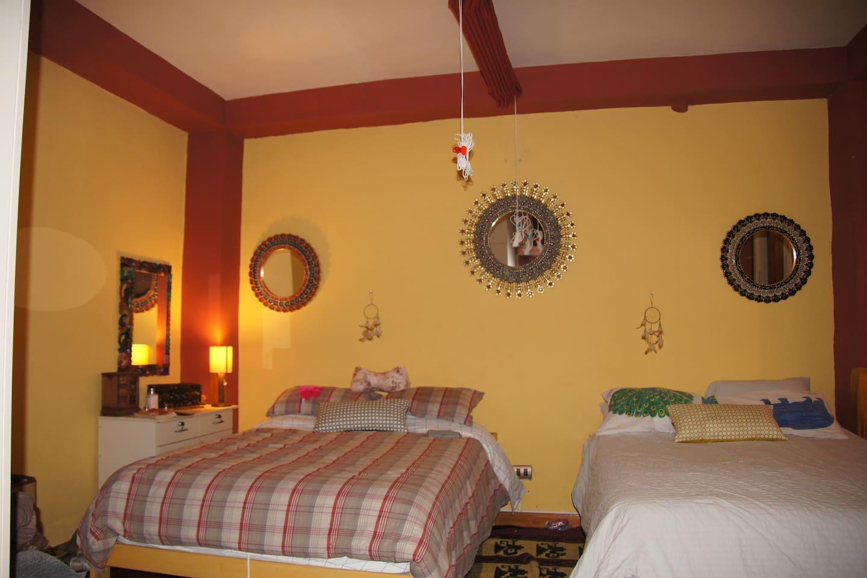Dormitorio con 2 camas queen.