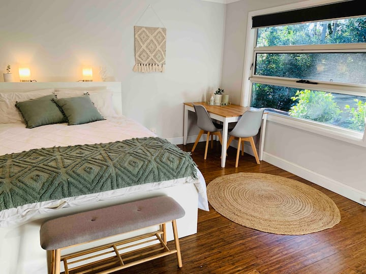 THE GREEN ROOM- queen bed studio near CBD & Beach