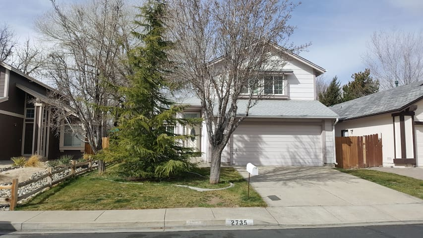 Cute, newly furnished cheerful home in Reno