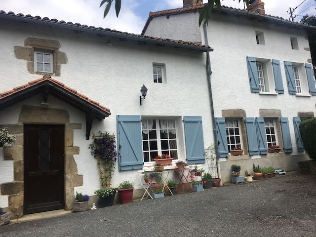 Frachis Farmhouse; B&B in the French countryside