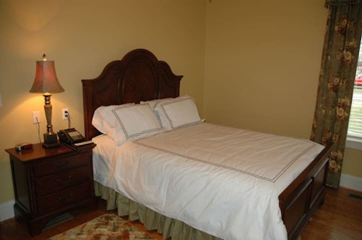 Comfortable Accommodations Near Town - Lyon Room