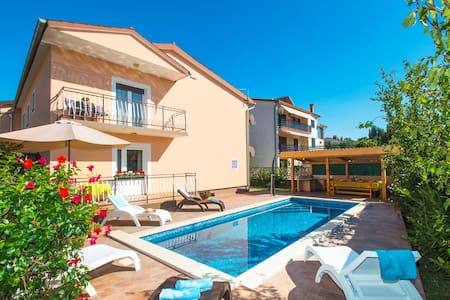 FAMILY HOLIDAY HOME WITH POOL - Štrmac - Rumah