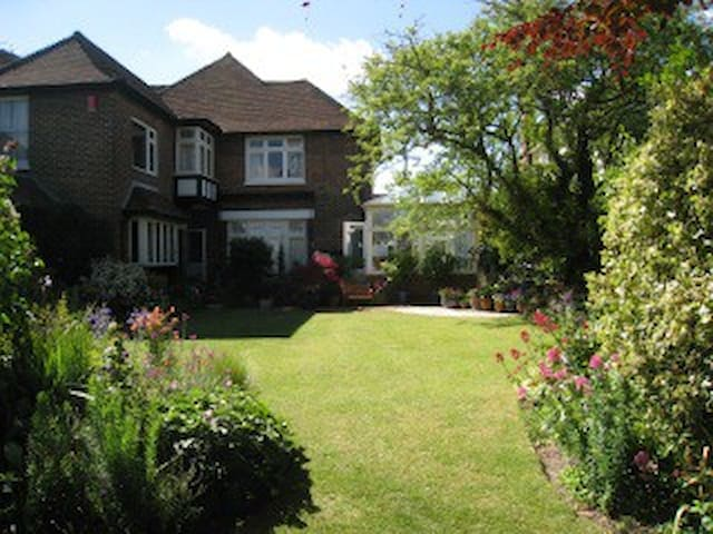 Partly self-contained flat, quiet + fabulous views - Eastbourne - House