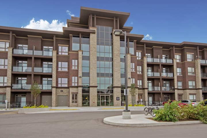Condominium In Burlington 1 Bedroom Plus Den - Burlington