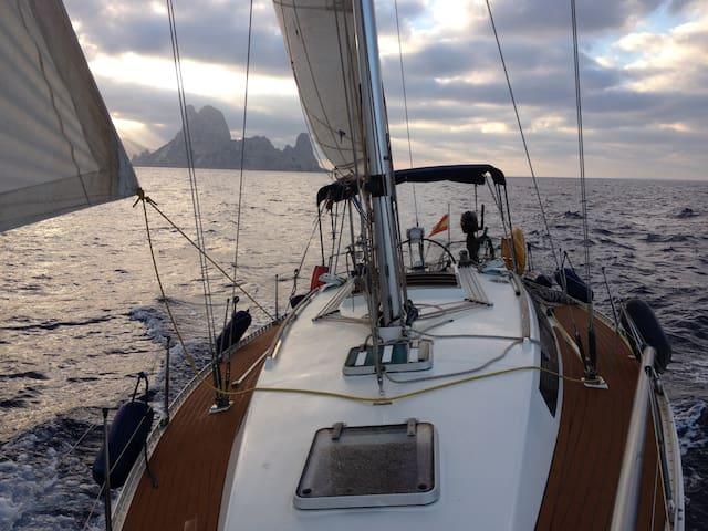 Formentera.  Barco con patrón incluido