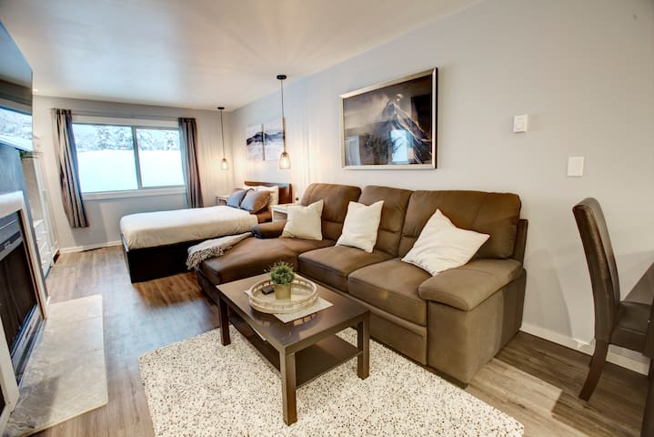 Spacious Couples Getaway:WEEKLY/MONTHLY DEALS!!