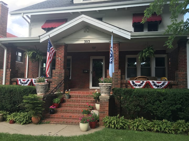 Dundee - American Foursquare 1920's Home