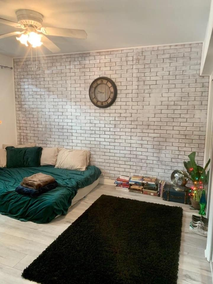 Location at its best in Beverly Hills, Quite, 1 bd