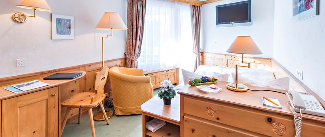 Zimmer im Zentrum, Balkon mit Sonne - Samaden - Casa